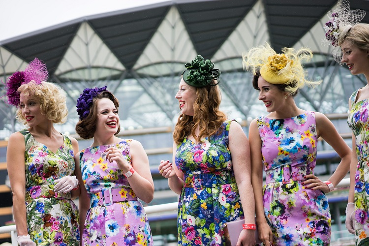 epa05364133 Ladies arrive and posse for a photo on day one of Royal Ascot in Ascot, Britain, 14 June 2016. The Royal Ascot is a five-day social/horsing event. EPA/ANDREW COWIE