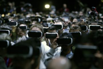 epaselect epa05174317 People use VR goggles during Samsung's presentation at a preview day of the the Mobile World Congress in Barcelona, Spain, 21 February 2016. The Mobile World Congress 2016 will run from 22 to 25 February 2016.  EPA/Alberto Estévez