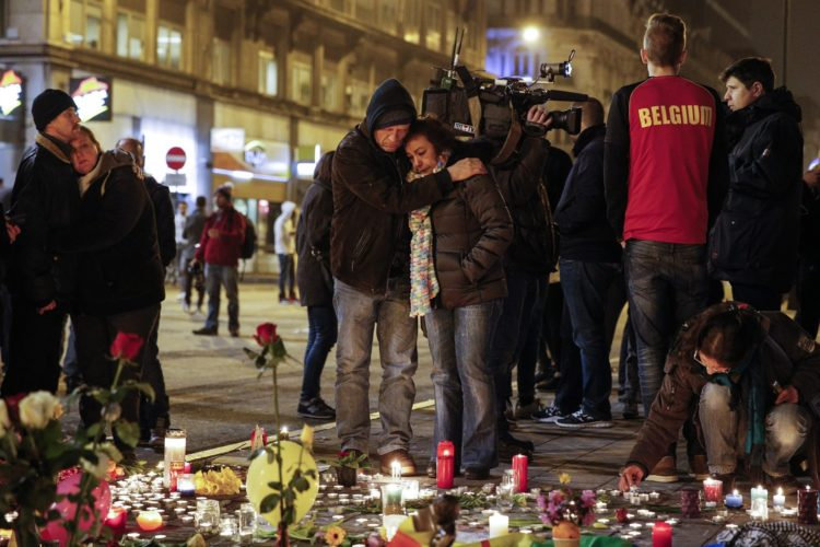epaselect epa05226500 People gather and light candles at the Place de la Bourse during a vigil to pay tribute to the victims of the attacks in Brussels, Belgium, 22 March 2016. Security services are on high alert following two explosions in the departure hall of Zaventem Airport and one at Maelbeek Metro station in Brussels. At least 30 people have been killed with hundreds injured in the terror attacks, which Islamic State (IS) has since claimed responsibility for. EPA/YOAN VALAT